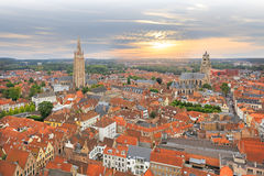 Visión sobre la ciudad vieja histórica de Brujas en puesta del sol imagenes de archivo