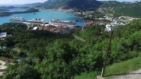Visión sobre la isla de St Thomas, mansión hermosa en el top de la colina, St Thomas, U S Islas Vírgenes almacen de metraje de vídeo