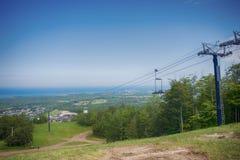 Visión sobre la montaña azul Ski Resort con una telesilla en Collingw Imagen de archivo libre de regalías