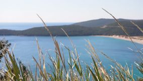 Visión sobre la playa y la laguna Jaz hacia las montañas verdes hermosas en Montenegro almacen de video