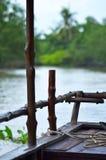 Visión sobre la proa de un barco de madera abajo de un río Imágenes de archivo libres de regalías