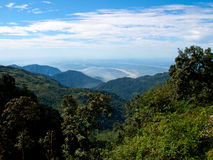 Visión sobre la sección más baja de las montañas Himalayan en la India Foto de archivo