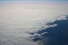 Visión sobre la tierra en las nubes abajo Fotos de archivo
