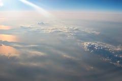 Visión sobre la tierra en las nubes abajo Imágenes de archivo libres de regalías