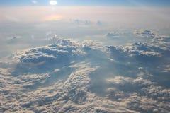 Visión sobre la tierra en las nubes abajo Fotos de archivo libres de regalías