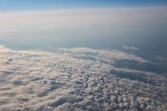 Visión sobre la tierra en las nubes abajo Foto de archivo libre de regalías