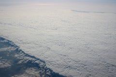 Visión sobre la tierra en las nubes abajo Imagen de archivo
