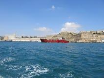 Visión sobre La Valeta y el barco rojo Imágenes de archivo libres de regalías