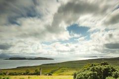 Visión sobre las islas del verano en Escocia septentrional foto de archivo