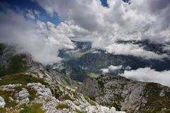 Visión sobre las nubes, del pico de Maglic Imagen de archivo