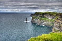 Visión sobre los acantilados del moher en Irlanda al océano fotos de archivo libres de regalías
