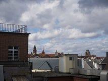 Visión sobre los tejados de una ciudad del clima tempestuoso Imagenes de archivo