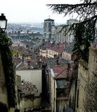 Visión sobre los tejados del invierno cubierto Lyon, Francia fotografía de archivo libre de regalías