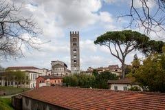 Visión sobre Lucca y el Duomo San Martín en Toscana, Italia Foto de archivo