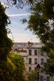 Visión sobre Montmartre en el domingo por la tarde imagenes de archivo