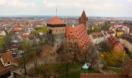 Visión sobre Nuremberg desde arriba de la torre de Sinwell del castillo de Kaiserburg en Nuremberg imagen de archivo libre de regalías
