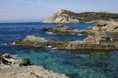 Visión sobre rocas y el mar en riviera francesa Imagen de archivo libre de regalías