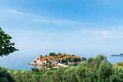 Visión sobre Sveti Stefan, pequeño islote y centro turístico en Montenegro Balcanes, mar adri?tico, Europa del sur imagen de archivo