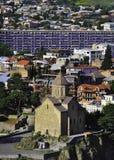Visión sobre Tbilisi central Monasterio de Metekhi Fotos de archivo libres de regalías