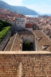 Visión sobre tejados viejos de la ciudad de Dubrovnik con el patio en primero plano Fotos de archivo libres de regalías