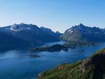 Visión sobre Tengelfjord en Lofoten Noruega imagen de archivo