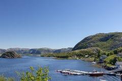 Visión sobre un fiordo en Noruega con un cielo azul en fondo imagenes de archivo