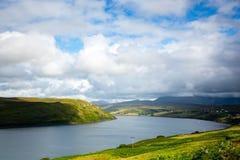 Visión sobre un lago de mar Escocia septentrional imagenes de archivo