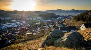 Visión sobre una pequeña ciudad en Noruega Imagen de archivo libre de regalías