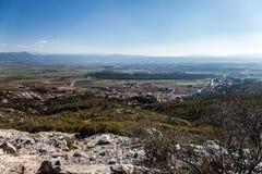 Visión sobre viñedos y beaumes de Sainte de la montaña en Puyloubier, Provence, Francia meridional Foto de archivo libre de regalías
