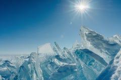 Visión sobre y a través del hielo en campos congelados del lago Baikal foto de archivo