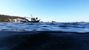 Visión submarina con el barco y el mar azul almacen de metraje de vídeo