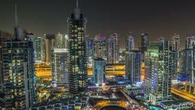 Visión superior aérea hermosa en el timelapse de la noche del puerto deportivo de Dubai en Dubai, UAE almacen de video