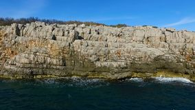 Visión superior aérea: las ondas del mar lavan la costa costa rocosa almacen de metraje de vídeo