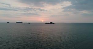 Visión superior aérea natural con la isla y el mar y el fondo azules del cielo metrajes