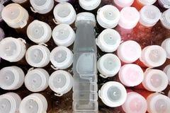 Visión superior al grupo de botellas plásticas de refrescos del zumo de fruta en una caja de agua helada fotos de archivo