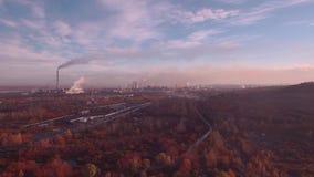 Visión superior, antena: paisaje del otoño y planta industrial Contaminación atmosférica de plantas industriales Tubos que lanzan metrajes