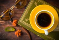 visión superior, café y libro con las hojas de otoño en el fondo de madera - Foto de archivo