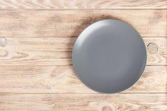 Visión superior con la placa redonda vacía gris del espacio de la copia en fondo de madera imagenes de archivo