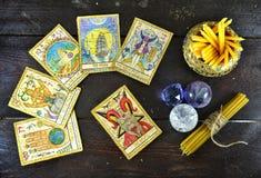 Visión superior con las cartas de tarot, las velas y los cristales Fotografía de archivo libre de regalías