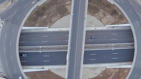 Visión superior desde el abejón de la autopista enorme a través del campo, marcas de camino en el asfalto gris del autobahn almacen de video