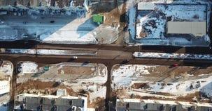 Visión superior desde el abejón en el camino con los coches Los coches están viniendo almacen de metraje de vídeo