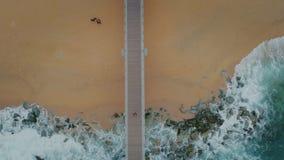 Visión superior desde el abejón en el embarcadero en la playa tempestuosa almacen de video