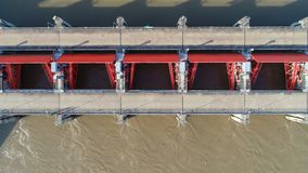 Visión superior desde la cámara del abejón: Aliviadero de una presa eléctrica hidráulica Ambiente de la presa imagen de archivo