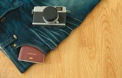 Visión superior el parte movible del libro del pasaporte en la mezclilla del bolsillo jadea con c retra fotografía de archivo