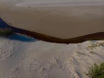 Visión superior el río que fluye en el seacoastline al mar Fotografía de archivo libre de regalías