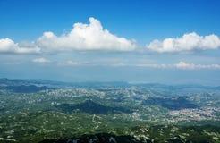 Visión superior en día soleado en las montañas y las nubes blancas de pelo rizado hermosas Fotografía de archivo