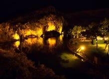 Visión superior en la noche en el lago Vouliagmeni - balneario famoso en la ciudad de Atenas, Grecia imagen de archivo