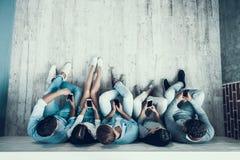 Visión superior Estudiantes que se sientan en Pasillo en la universidad fotos de archivo