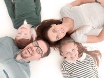 Visión superior Familia feliz que miente en el suelo imagenes de archivo