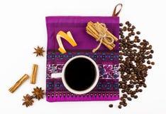 Visión superior, fondo blanco, taza de café, granos de café, especias, canela, hoja Fotos de archivo